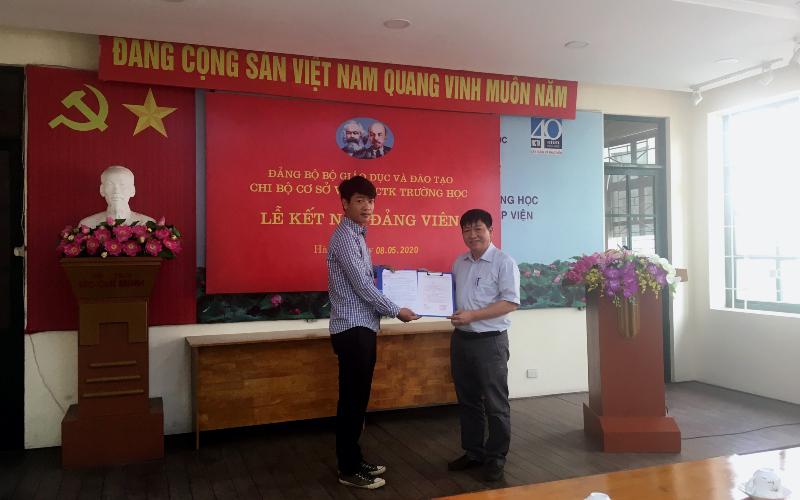 Bí thư chi bộ Hoàng Lưu Vinh trao quyết định kết nạp cho đảng viên mới